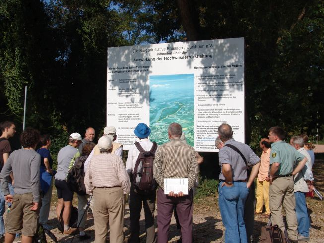 """Exkursion im geplanten Hochwasserrückhaltepolder Breisach-Burkheim - Streitpunkt sind die vermeintlichen Negativfolgen der """"Ökologischen Flutungen"""" (Foto: regioWASSER e.V.)"""